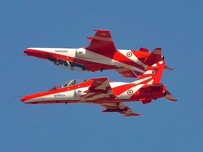 Muere piloto en choque de dos aviones acrobáticos en la India