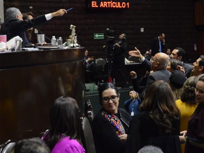 Diputados del PAN toman tribuna de San Lázaro
