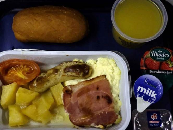 Pasajero encuentra diente en su comida durante un vuelo