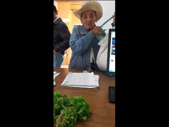 Abuelo pagó su acta de nacimiento con 3 manojos de cilantro