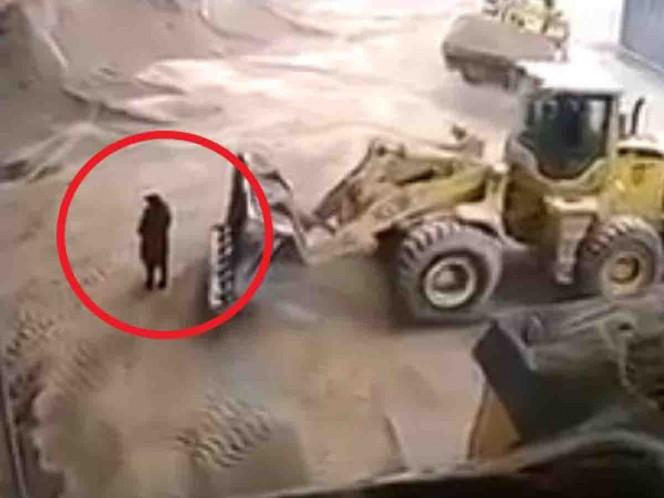 Alza excavadora a mujer y muere en trituradora; supervisaba obra