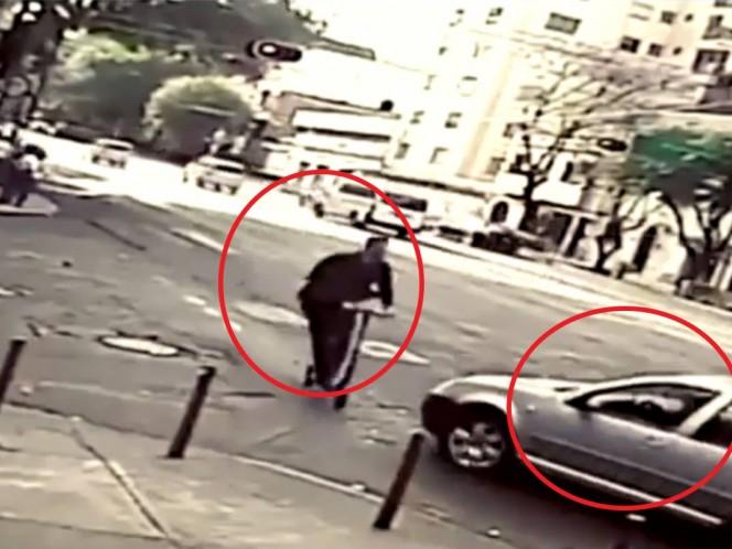 Un usuario de los llamados scooters o monopatines, literalmente 'voló' y dio una vuelta en el aire en el momento en que el conductor de un vehículo lo golpeó cuando ambos iban en movimiento.