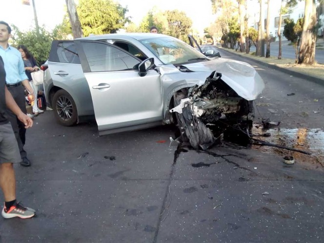 Conductor de patrulla da vuelta imprudente y provoca choque; mueren 2