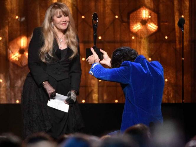 Harry Styles le entrega a Stevie Nicks su trofeo durante la ceremonia de incorporación al Salón de la Fama del Rock & Roll. Foto: AP