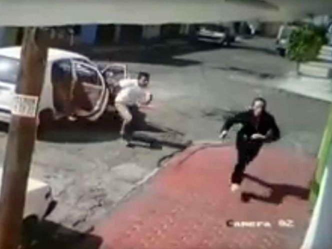 Mujer huye corriendo para evitar ser atrapada por secuestradores en Ecatepec