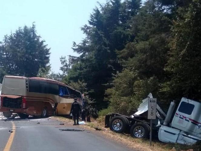 Autobús de Marco Antonio Solís choca contra pipa con gasolina