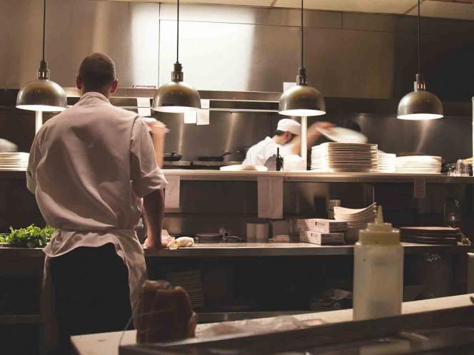 Famoso chef enfrenta denuncia por besar a una mujer
