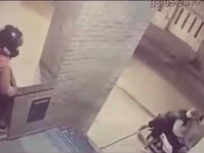 ¡Pequeña heroína! Niña golpea a ladrón y salva a su mamá