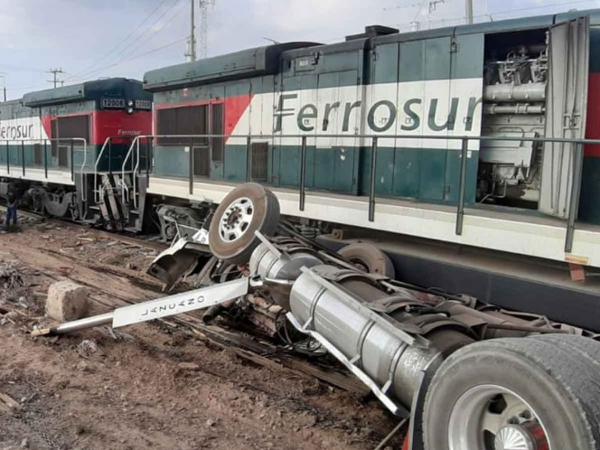 Chófer de tráiler intenta ganarle paso a ferrocarril y provoca choque