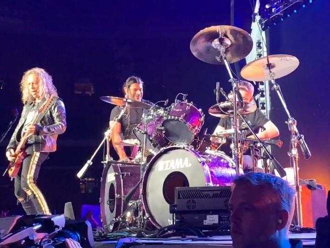 Niño de 13 años toca la bateria con Metallica durante concierto