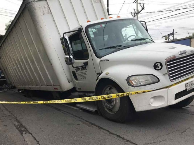 Socavón 'atrapa' camión con telas en Lindavista