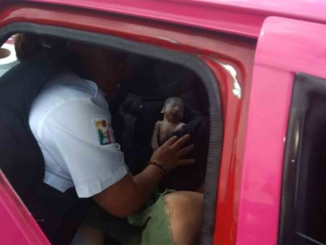 Policías auxilian a mujer a dar a luz dentro de taxi en Neza
