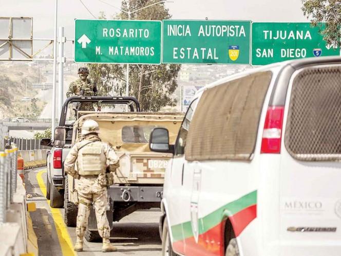Elementos de la Guardia Nacional y de Migración colocaron un filtro en la caseta de cuota Tijua-na-Tecate, Baja California, para controlar el flujo migratorio. Un contingente de 500 guardias arri-bó al estado. Foto: Cuartoscuro