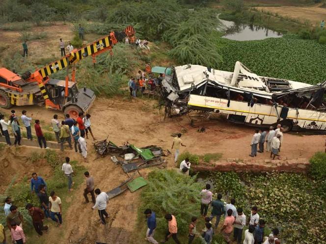 Mueren 29 personas tras caer autobús a un canal en la India