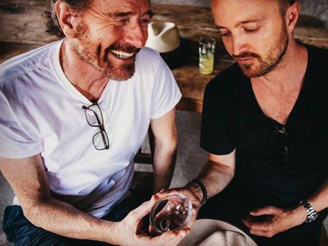 Bryan Cranston y Aaron Paul cambian la metanfetamina por mezcal