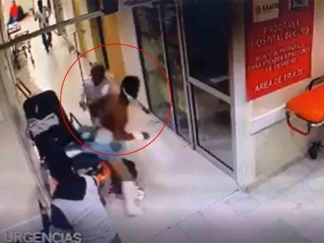 Paciente se baja de camilla y golpea a enfermera en Chiapas