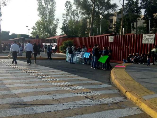 Manifestantes cierran accesos a la Cámara de Diputados