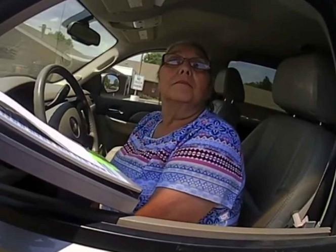 Anciana recibe descarga eléctrica por no querer pagar multa