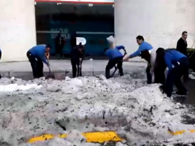 empleados de empresas del lugar salieron con palas a retirar el granizo.Captura de video @RMexiquense