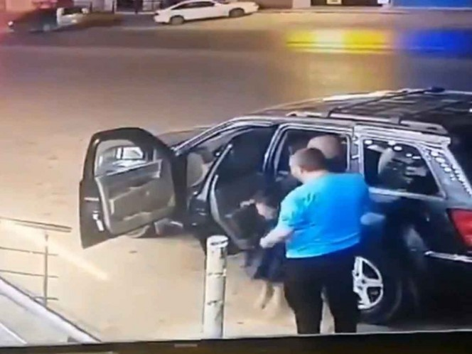 Se salvan padre e hija de ser impactados por vehículo