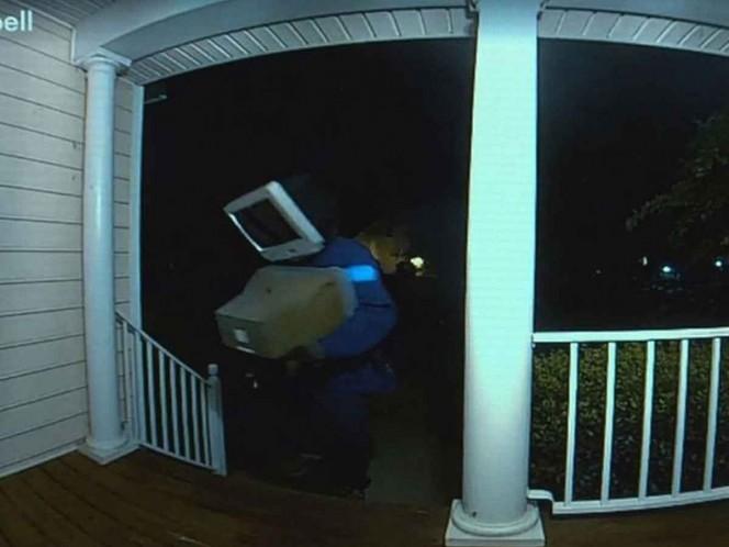 Misterioso hombre con televisor en la cabeza deja teles fuera de casas