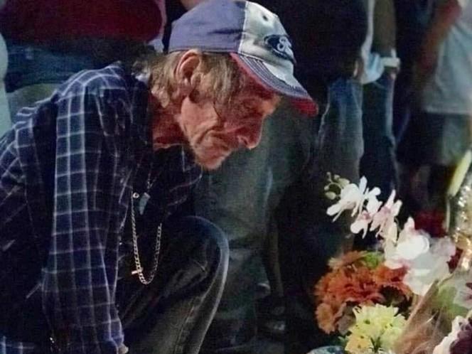 Abre funeral de su esposa al público porque se quedó solo