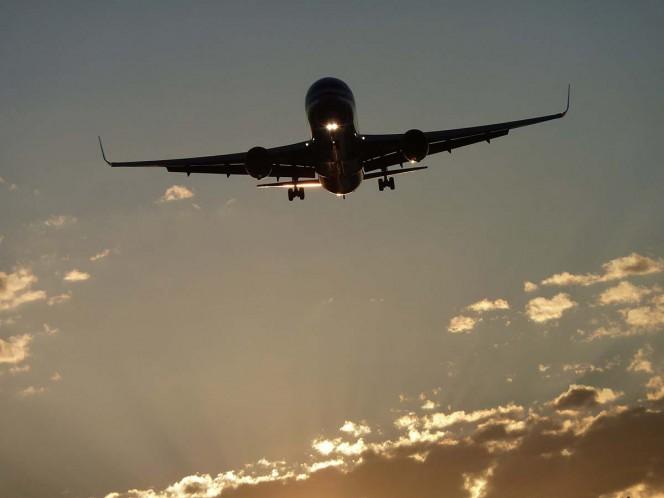 Turbulencia en avión deja 14 heridos; el techo se dobló