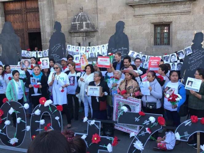 Familias de diferentes estados de la República se han concentrado frente a Palacio Nacional con imágenes de sus familiares desaparecidos. Foto: Rodolfo Dorantes