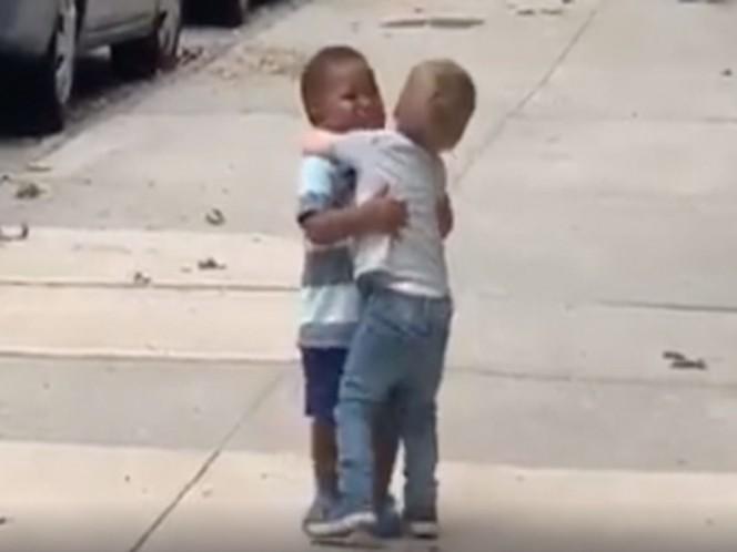 Emotivo abrazo de bebés se vuelve viral