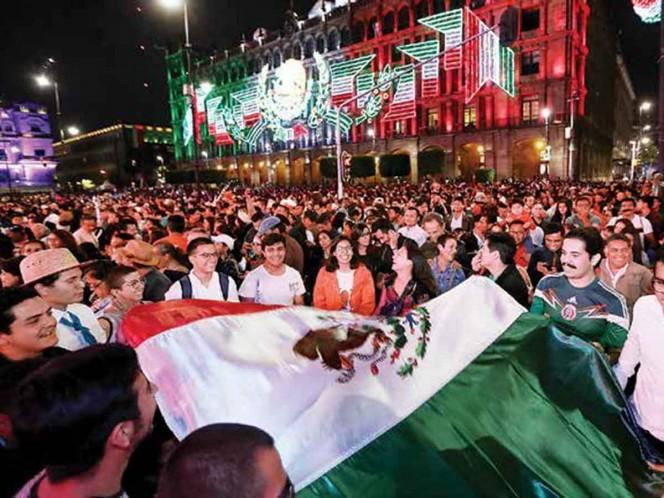 Viven espectacular festejo en el Zócalo; hubo música, bailes, pirotecnia y antojitos