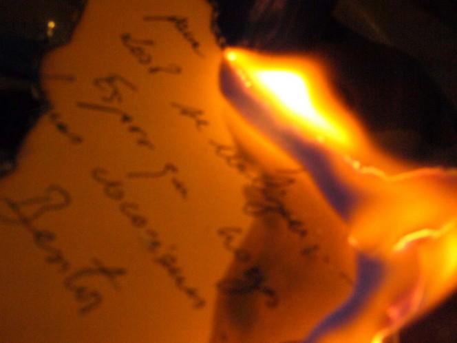 Mujer incendió su departamento al quemar cartas de su exnovio