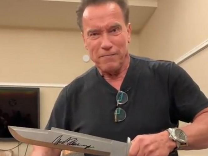 El exgobernador de California mostró un cuchillo que utilizó para Predator.