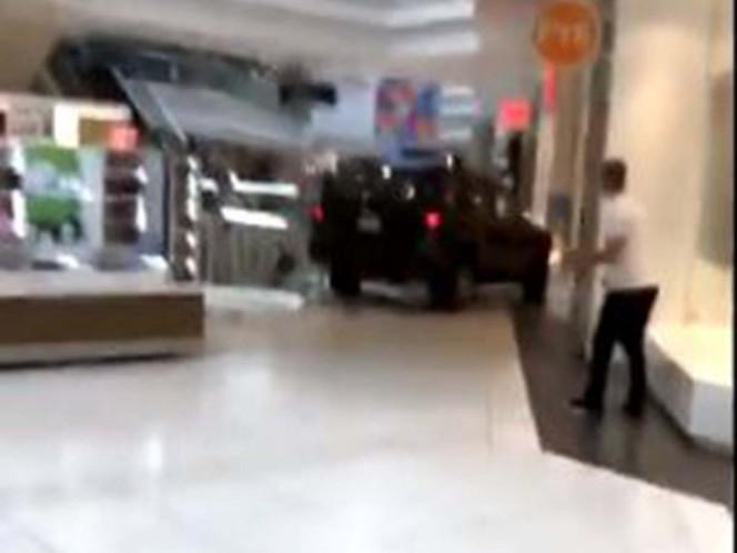Hombre irrumpe con camioneta en centro comercial de Illinois