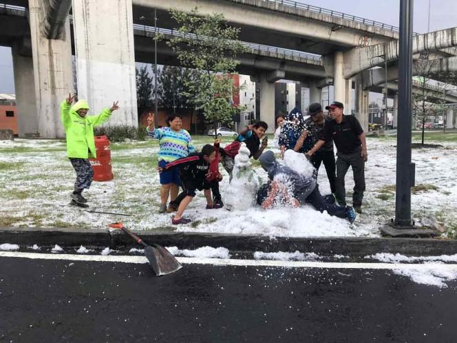 Capitalinos aprovechan granizo para hacer muñecos de nieve