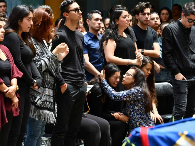 Between hugs and tears, family members, friends, students and authorities of the University of Pedregal are dismissed with a mass on the esplanade of the cadre to Norberto Ronquillo Hernández. Photo: Cuartoscuro