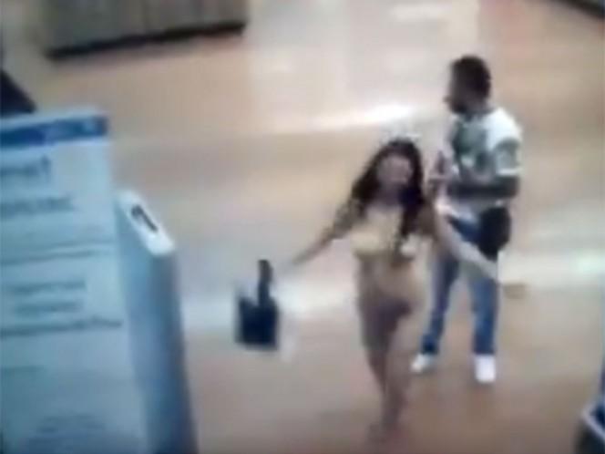 Una mujer se despoja de su ropa rápidamente luego de que un elemento de seguridad le pide una revisión en la tienda. Captura de video