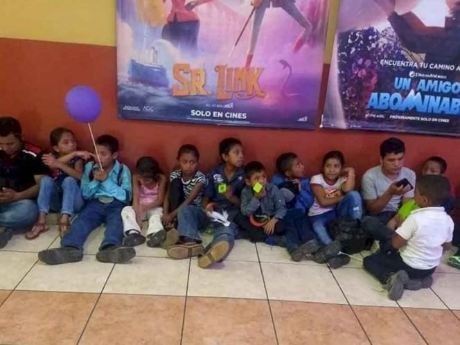 Maestro hace colecta y lleva a sus alumnos al cine