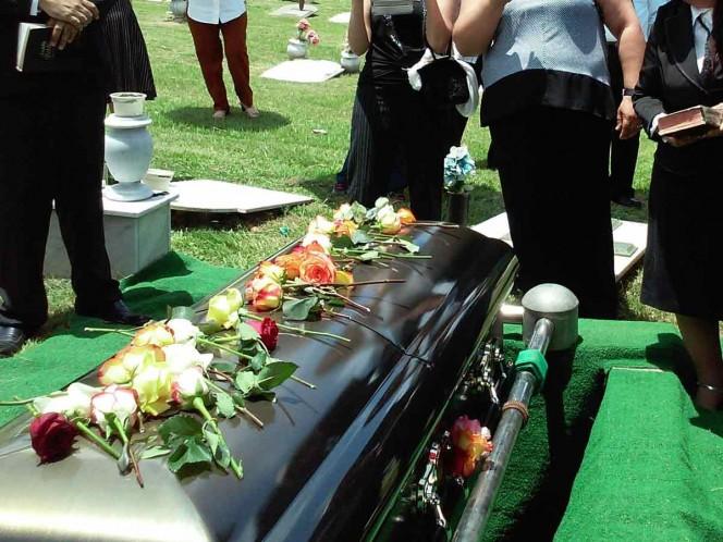 Lo sepultan y vuelve a casa después de su funeral