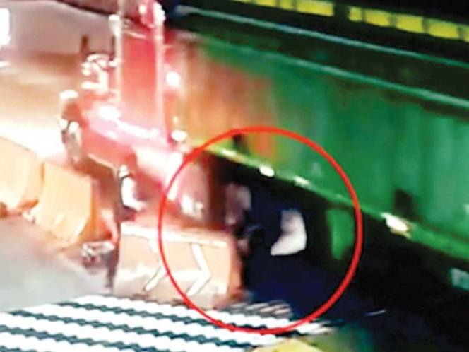 Captan momento en que policía es arrollado por un tráiler en caseta de Veracruz