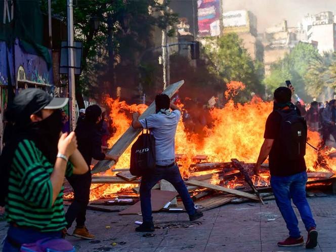 Miles de personas salieron a las calles de Santiago pese a que el país está en estado de emergencia / Fotos: AFP y Twitter@ SubVersionesAAC