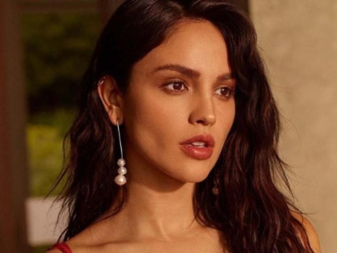 Captan a Eiza González besando a una guapa modelo