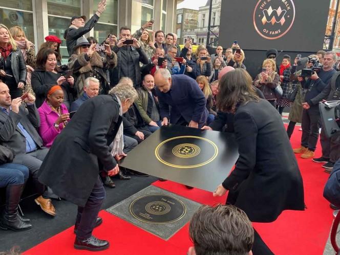 Los dos integrantes vivos de The Who, Roger Daltrey y Pete Townshend, posaron con su propia placa. Foto: Reuters
