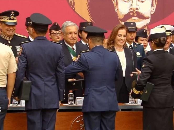 Entrega López Obrador condecoraciones y ascensos a militares y marinos