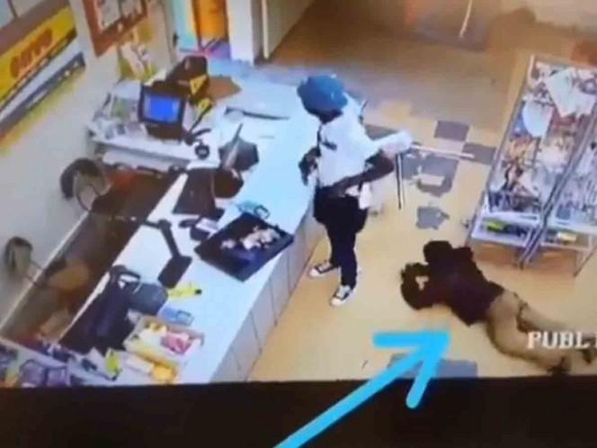 Cliente le roba a un ladrón mientras este asaltaba un supermercado — Insólito