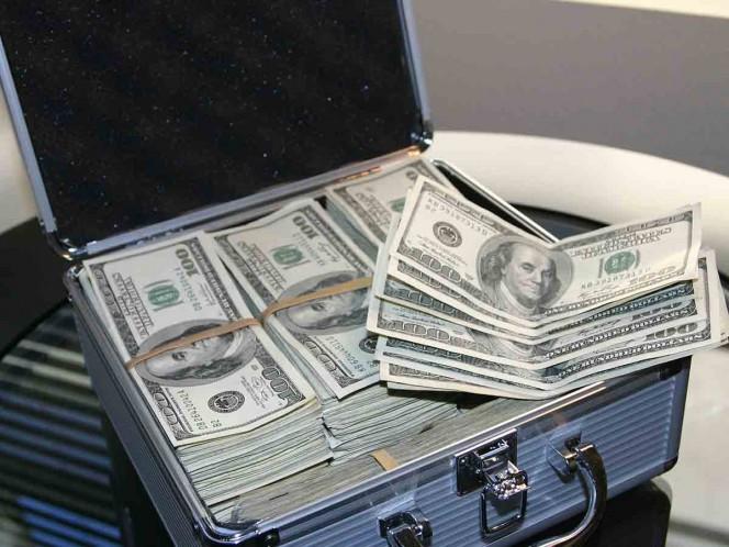 Banco hace millonaria a una mujer; le depositaron 37 mdd