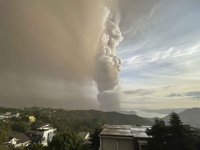 Evacúan a miles por erupción de volcán Taal, en Filipinas