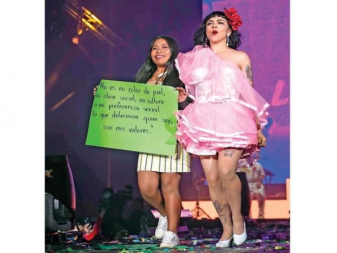 Yalitza protesta contra discriminación en show de Mon Laferte
