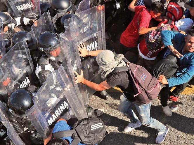 Migrantes intentan ingresar por la fuerza; interviene la Guardia Nacional en la frontera sur