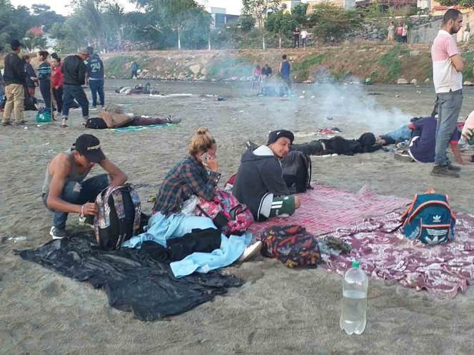 Migrantes se mantienen en el río Suchiate a la espera de ingresar a México