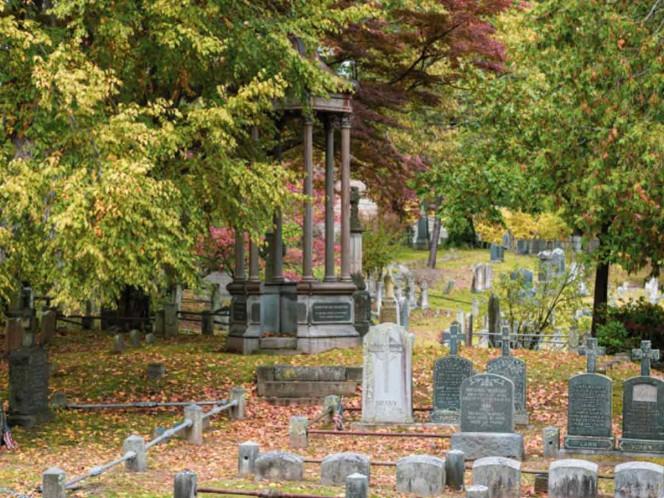 Encuentra en un cementerio su propia tumba